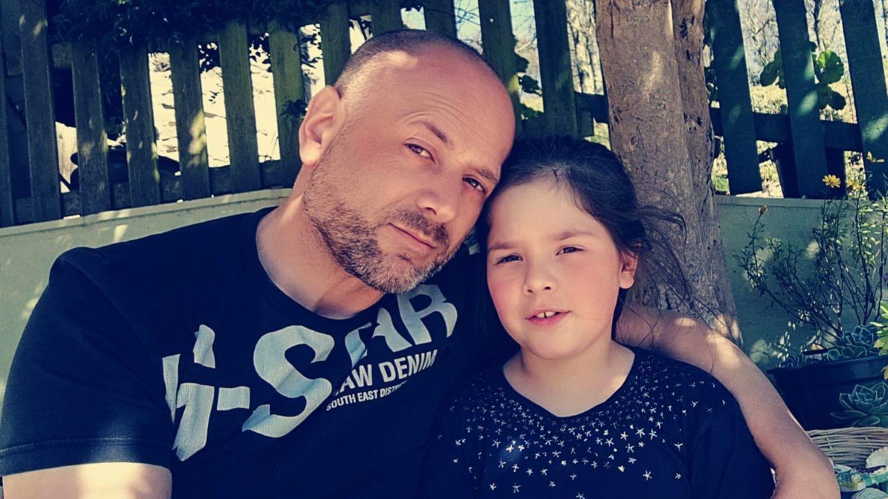La pequeña Desi Leal posando con su padre en una imagen cedida por José Manuel Leal