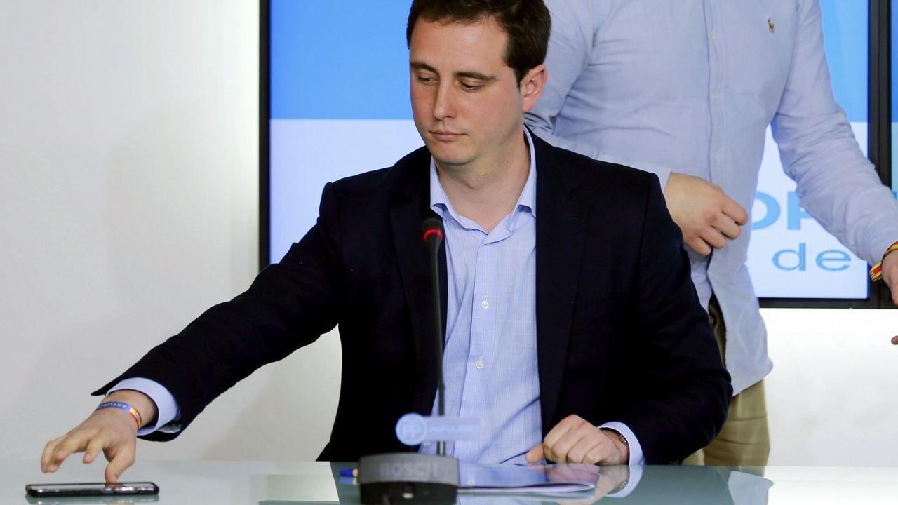 Pedro Sánchez escucha cómo Javier Fernández atiende a los medios de comunicación, durante una visita a Asturias.David Medina