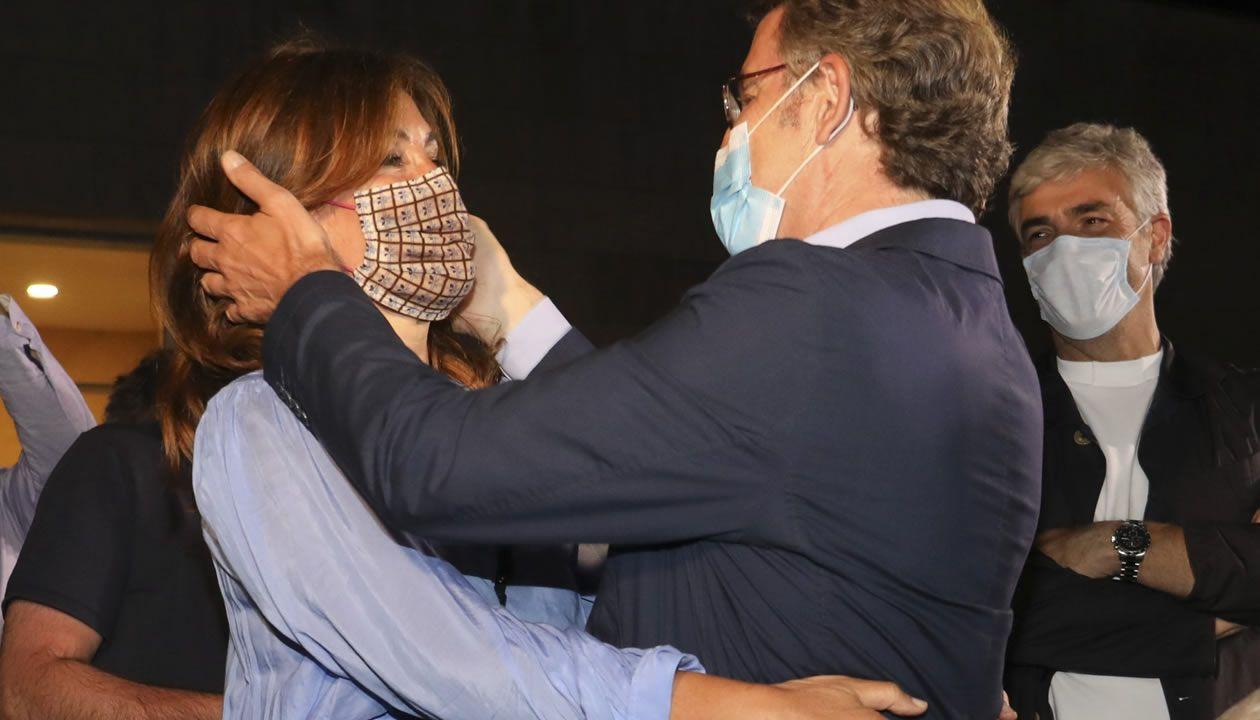 Feijoo se abraza a su pareja, Eva Cárdenas, en la celebración de su victoria
