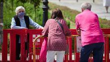 Una mujerde una residencia de Pamplona recibe una visita de sus familiares, con distancia de seguridad