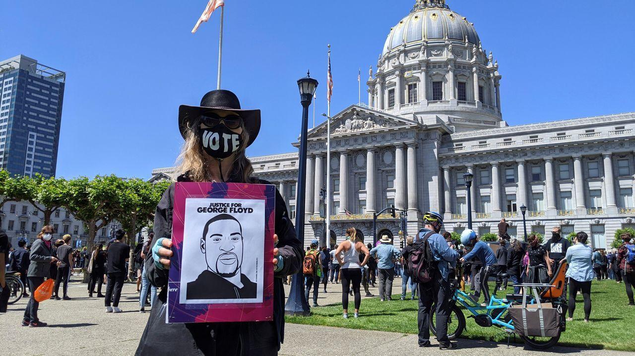Manifestación frente al ayuntamiento de San Francisco