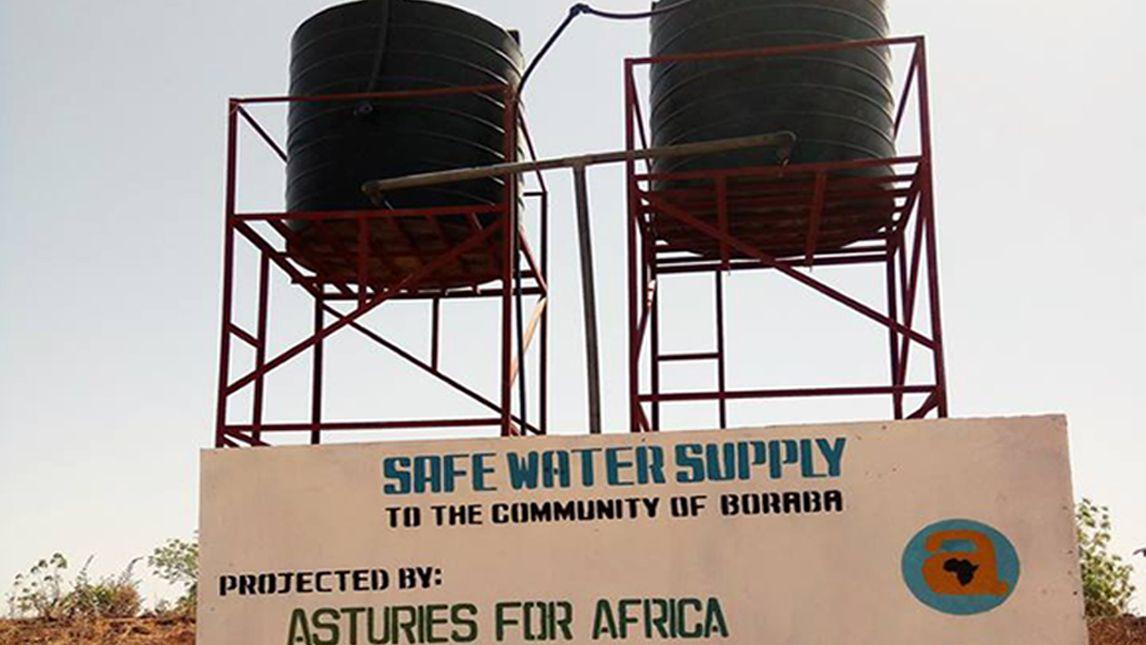 Diez días de acción solidaria en Senegal.Comunidad de Boraba, en Gambia, con unos de los pozos instalados