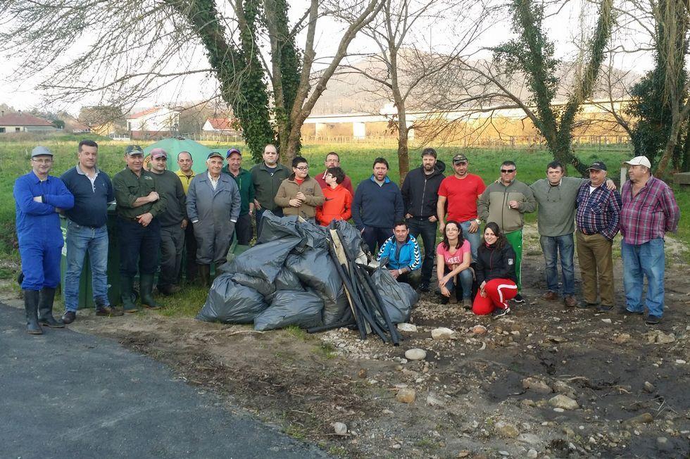 Los participantes en la limpieza se hicieron una fotografía al acabar.