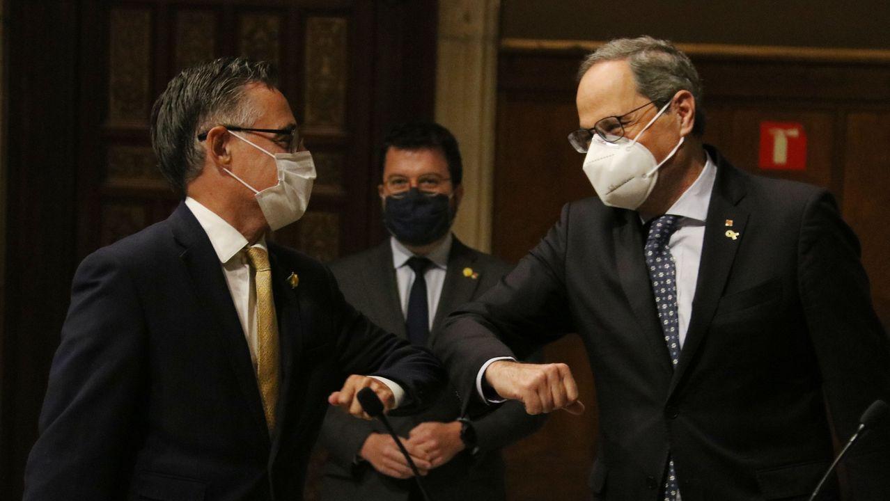 El nuevo consejero de Empresa, Ramón Tremosa, saluda al presidente Quim Torra en presencia del vicepresidente Pere Aragonès