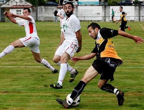David Ferreiro, recortando a dos rivales en el primer partido de pretemporada.