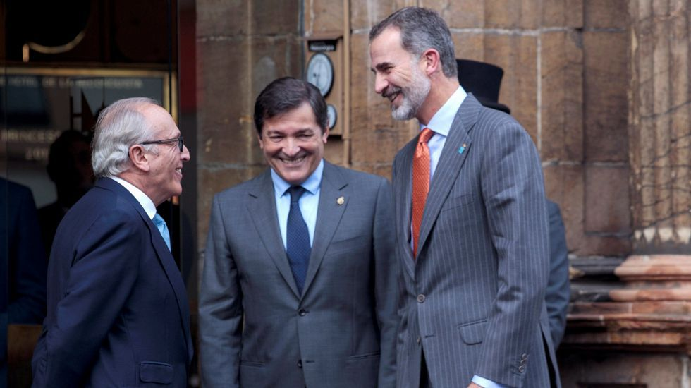 El Rey, junto a Javier Fernandez y Luis Fernandez Vega