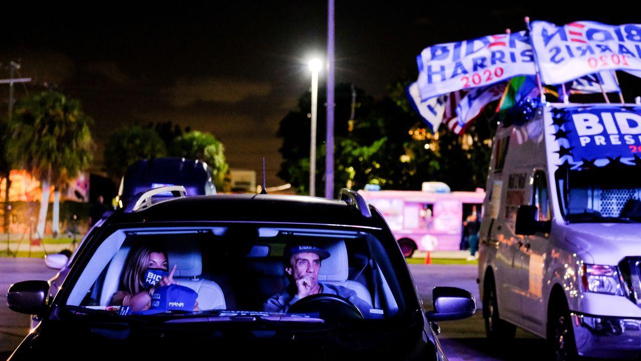 Seguidores de Biden siguen la jornada electoral desde sus coches, en Miami, Florida