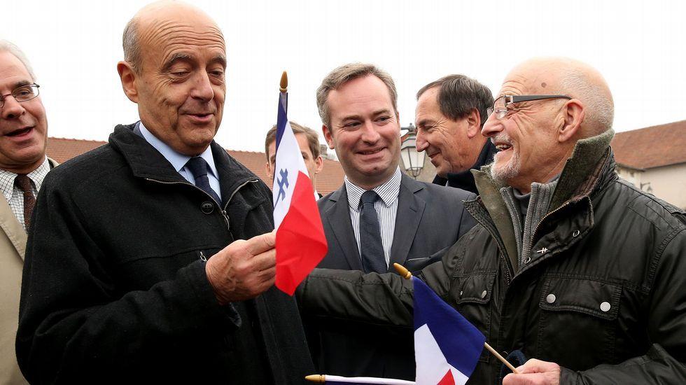 El referéndum de Italia decide el futuro de Renzi.Juppé, a la izqquierda, con Fillon, tras el resultado