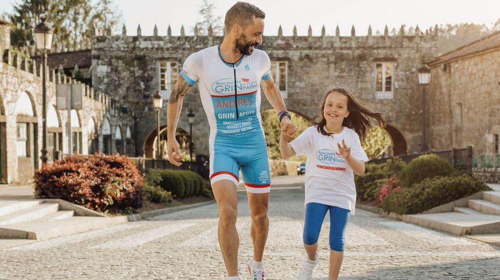 Andrés Domínguez junto a su hija Julia, en una foto realizada por un estudio de Negreira de forma altruista para colaborar con su causa