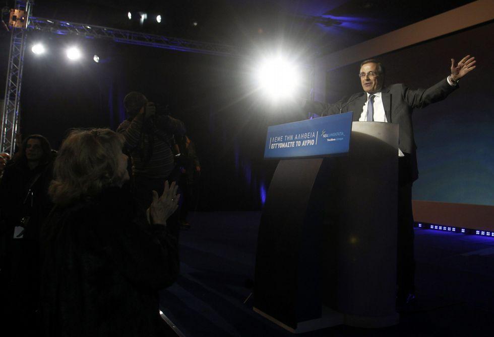 Pablo Iglesias se atreve con el griego.El primer ministro griego, Antonis Samaras, durante un mitin en Atenas.