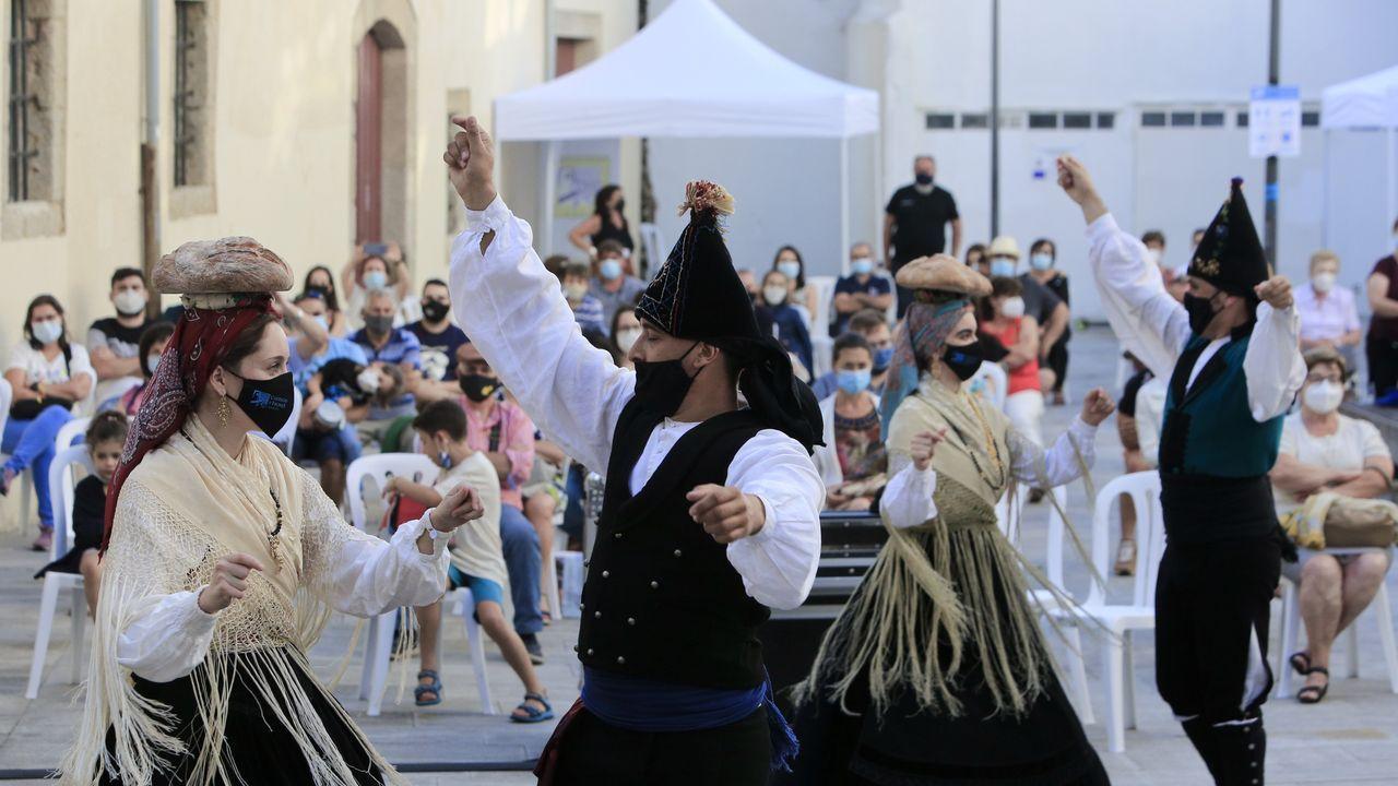 En la Feira do 48 hay vistosos trajes gallegos