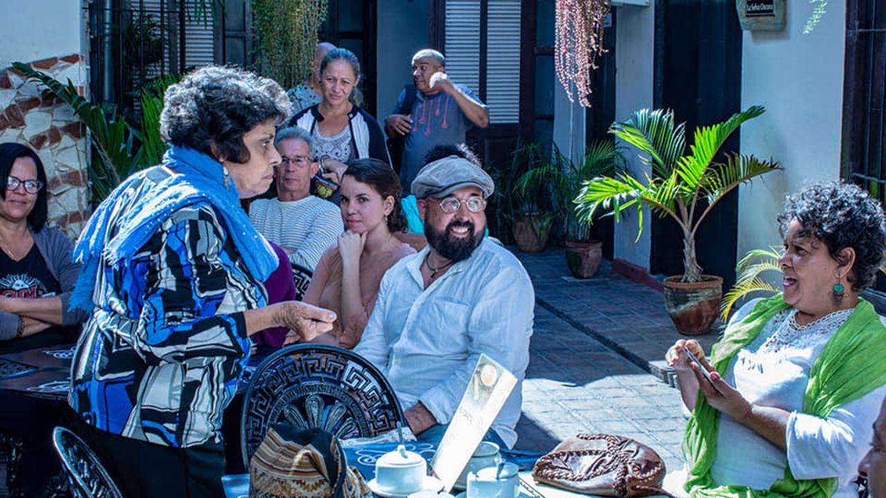 David Acera junto con unas mujeres cubanas