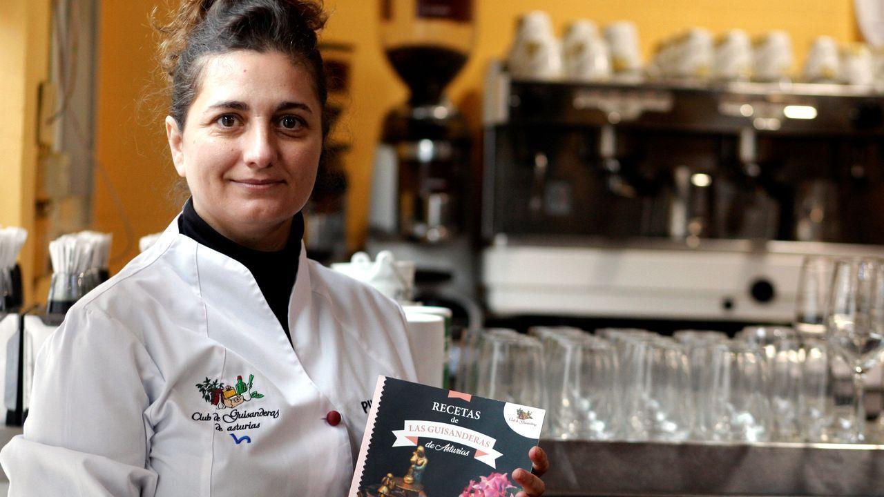 Pili Ramos, forma parte del Club de las Guisanderas, un grupo de cocineras de restaurantes asturianos que han publicado unas 300 recetas en dos libros