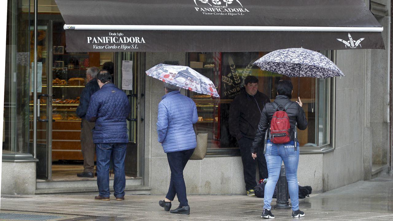 Personas esperan su turno y guardan la distancia de seguridad en una panadería