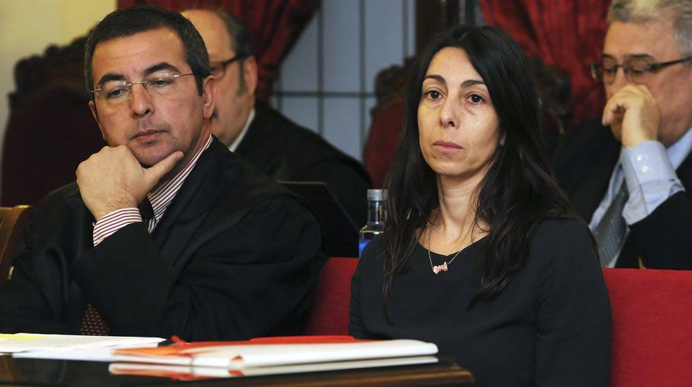 Montserrat y su hija Triana, arriba, y la policía Raquel Gago, abajo, en el momento de escuchar el veredicto del jurado popular.