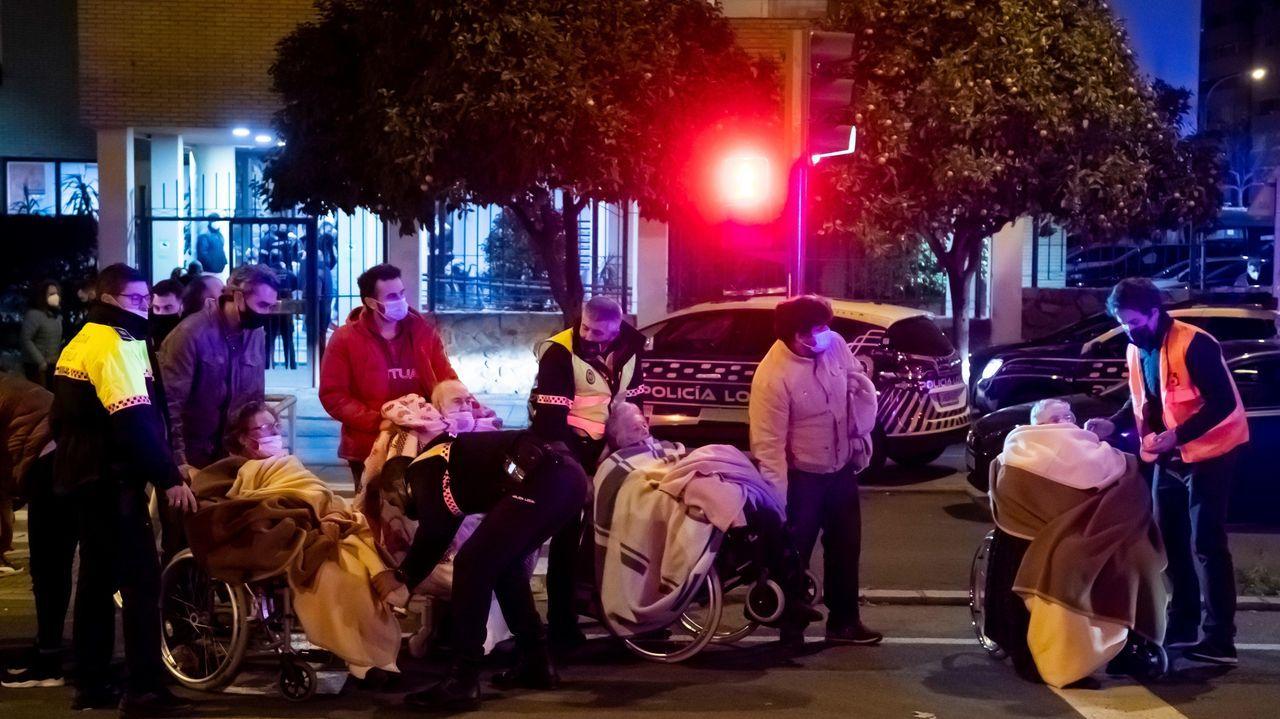 Traslado de los ancianos tras el incendio de una residencia en Sevilla