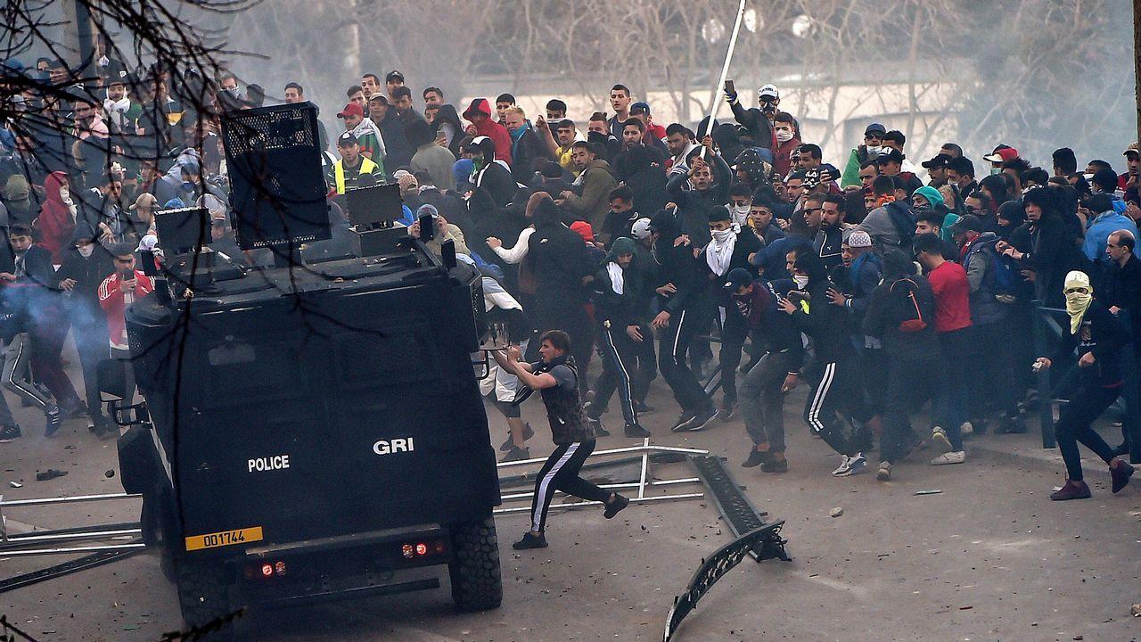Cuarta semana de protestas en Argelia.Grupos de jóvenes se enfrentaron a los agentes antidisturbios al final de la manifestación