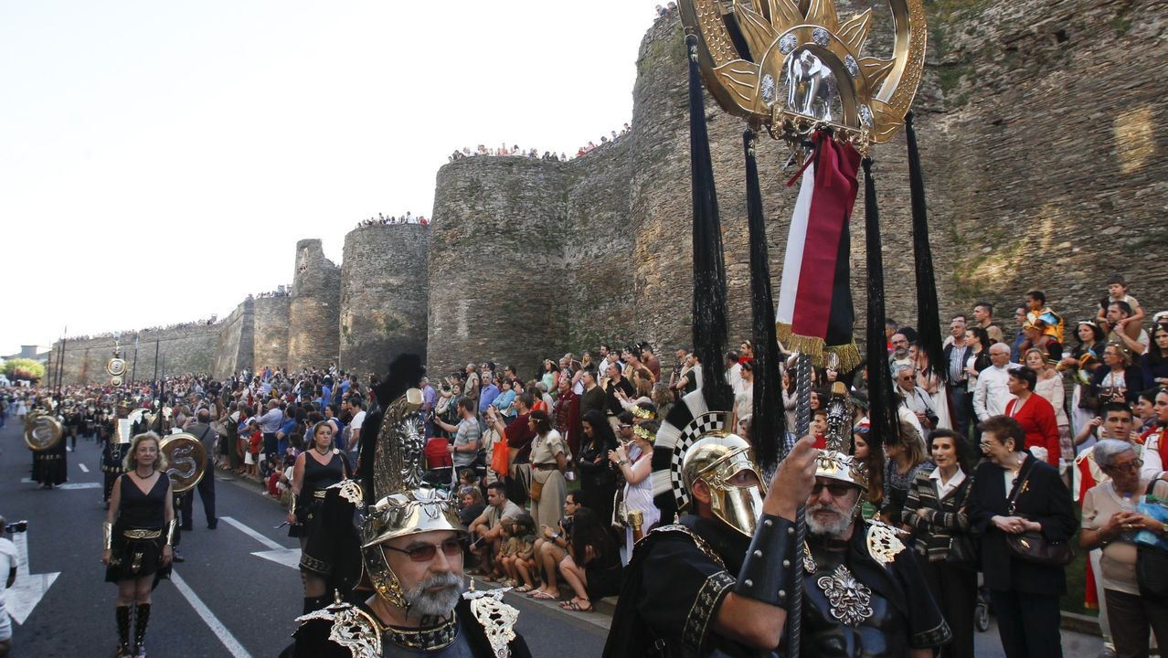 Miles de personas participan y ven el gran desfile del Arde Lucus del 2015 alrededor de la Muralla