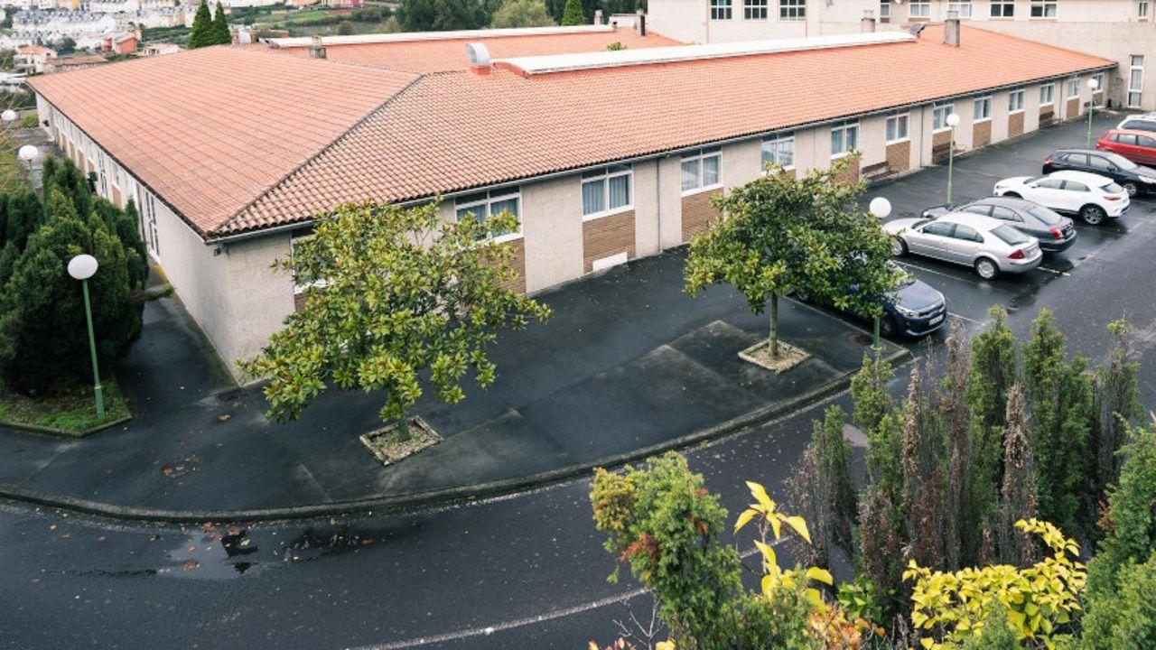 La falta de mascarilla, a pie de calle.Residencia Orpea en Culleredo, A Coruña
