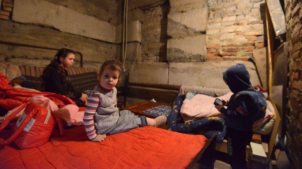 Evolución de las vistas nocturnas de Siria en los últimos años.Ania, 11 años; y Alesia y Micha, de 4, viven en un refugio en Petrovski, un distrito del oeste de la ciudad de Donetsk.