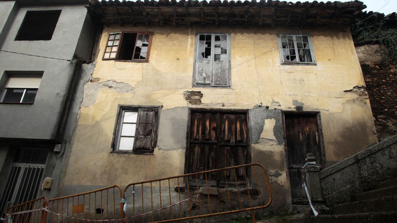 La fachada exterior del inmueble, en estado ruinoso, permanece vallada desde hace meses.