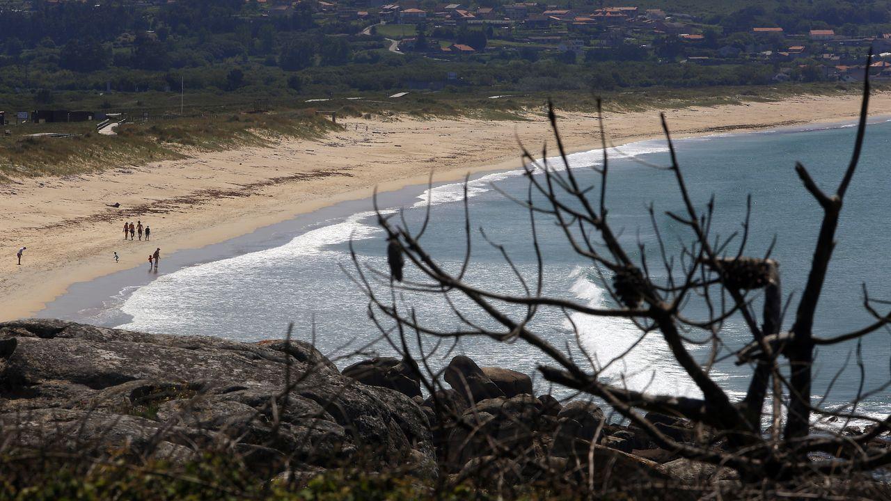 La playa de A Lanzada, este fin de semana, en una inusual imagen sin apenas bañistas.