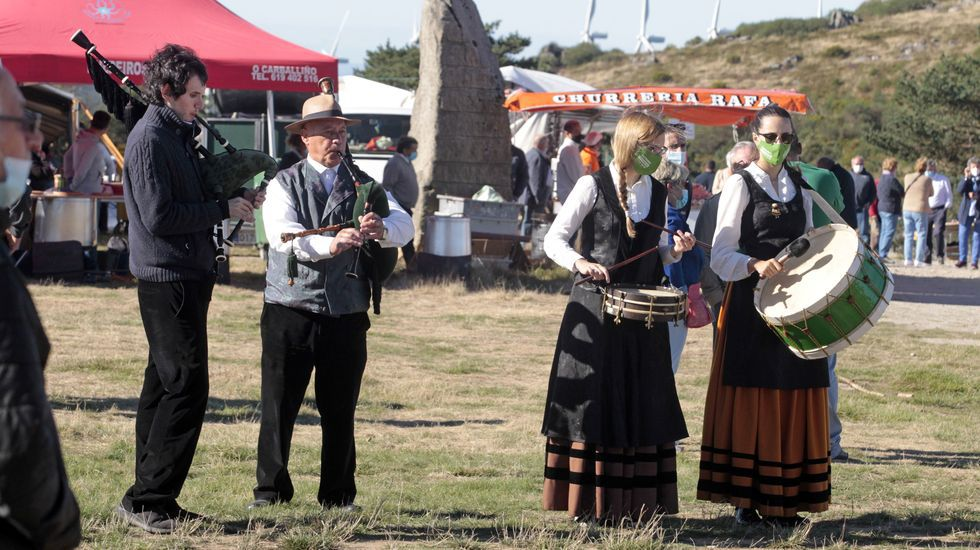 El grupo de gaitas Os Xuncos, de Lalín, en plena actuación en la romería de O Faro