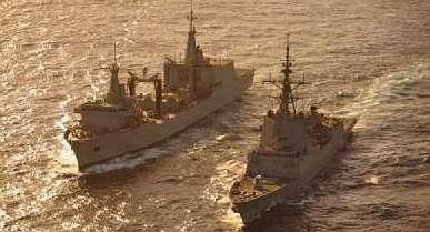 El «Cantabria», a la izquierda de la imagen, con la F-104.