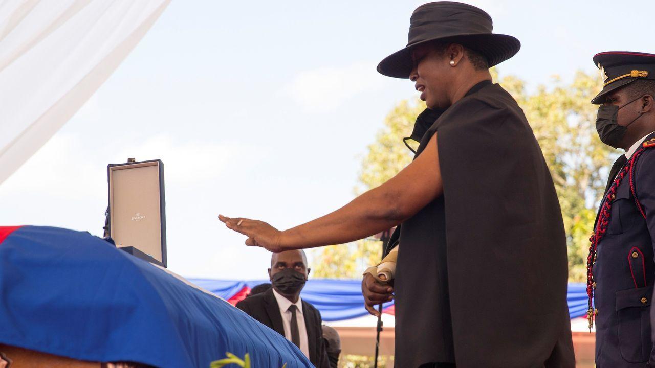 La viuda del presidente Moïse, junto al féretro, durante el funeral