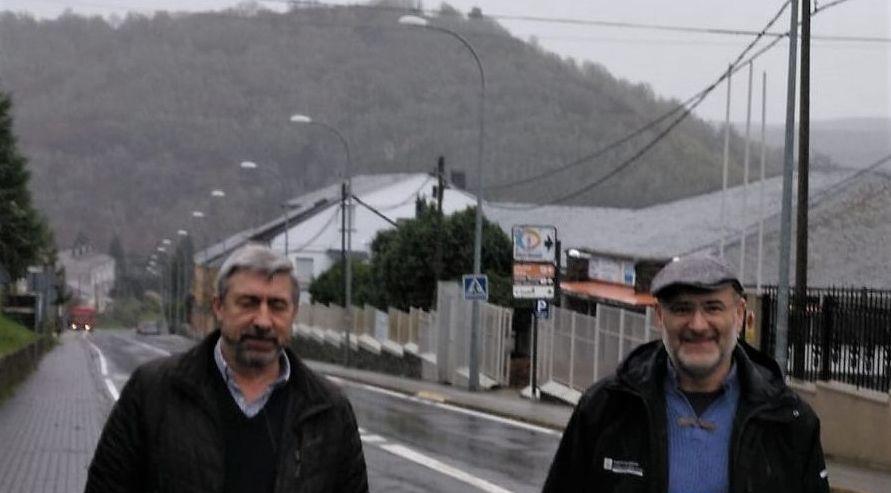 Veciños de Cortegada confeccionan mascariñas nas casas para repartir entre os veciños.El BNG celebró una rueda de prensa frente a la estación de ferrocarril