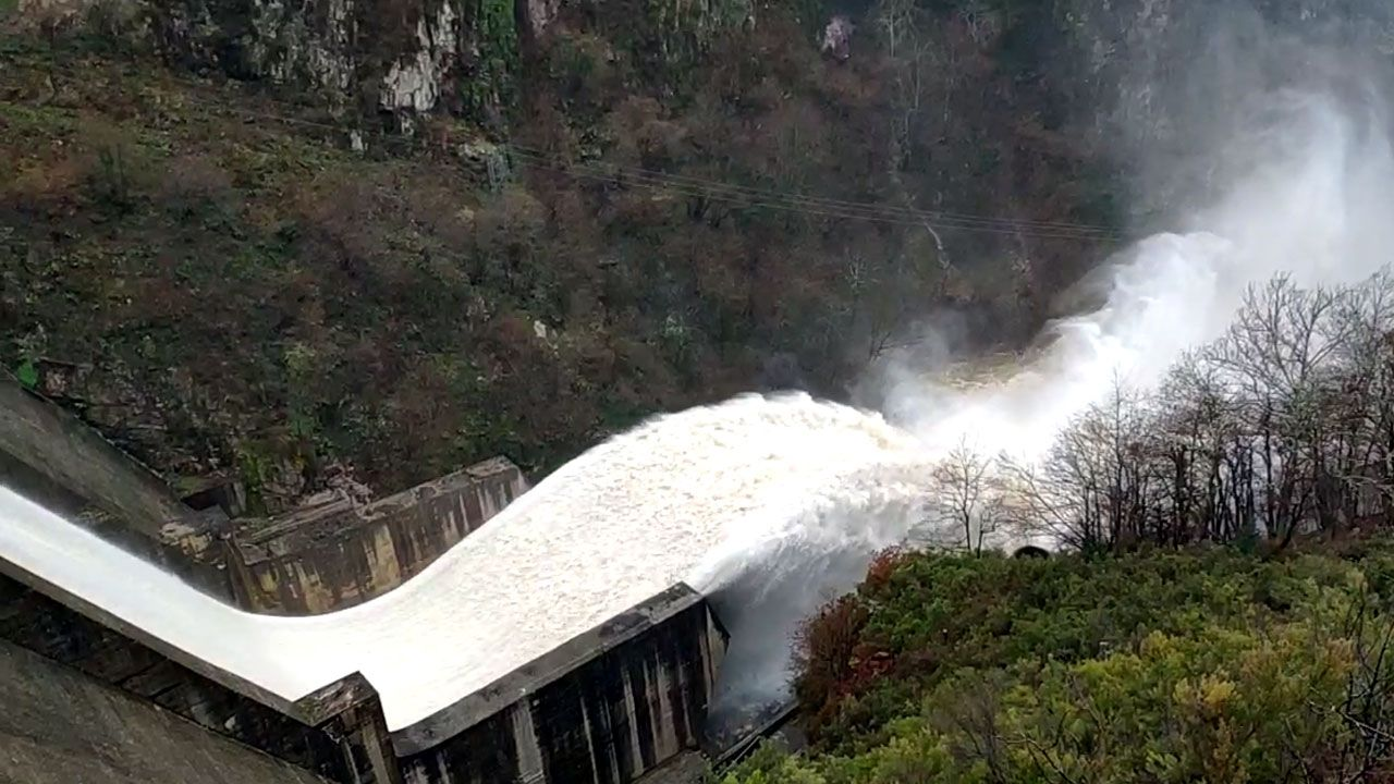 Presa de Tanes desembalsando a causa del temporal de lluvias