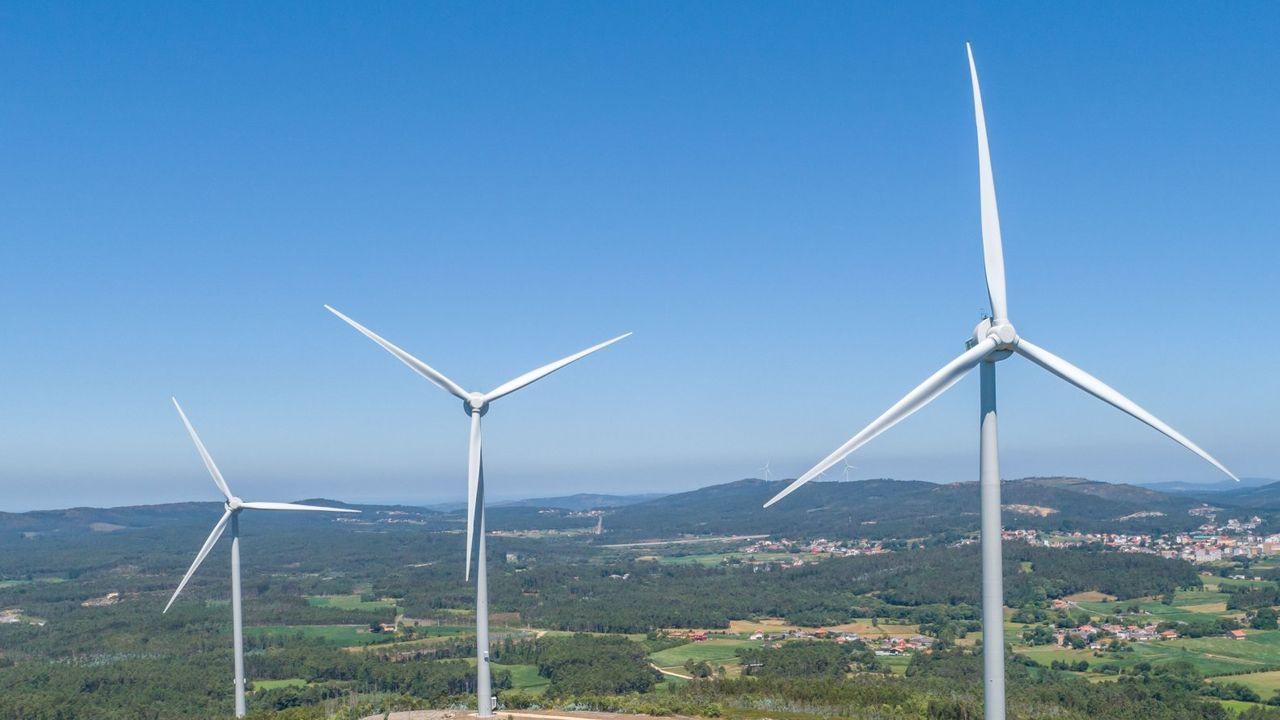 La fábrica de Turbinas de Ferrol, pionera en el país.Monte donde se proyecta el parque eólico de Celanova