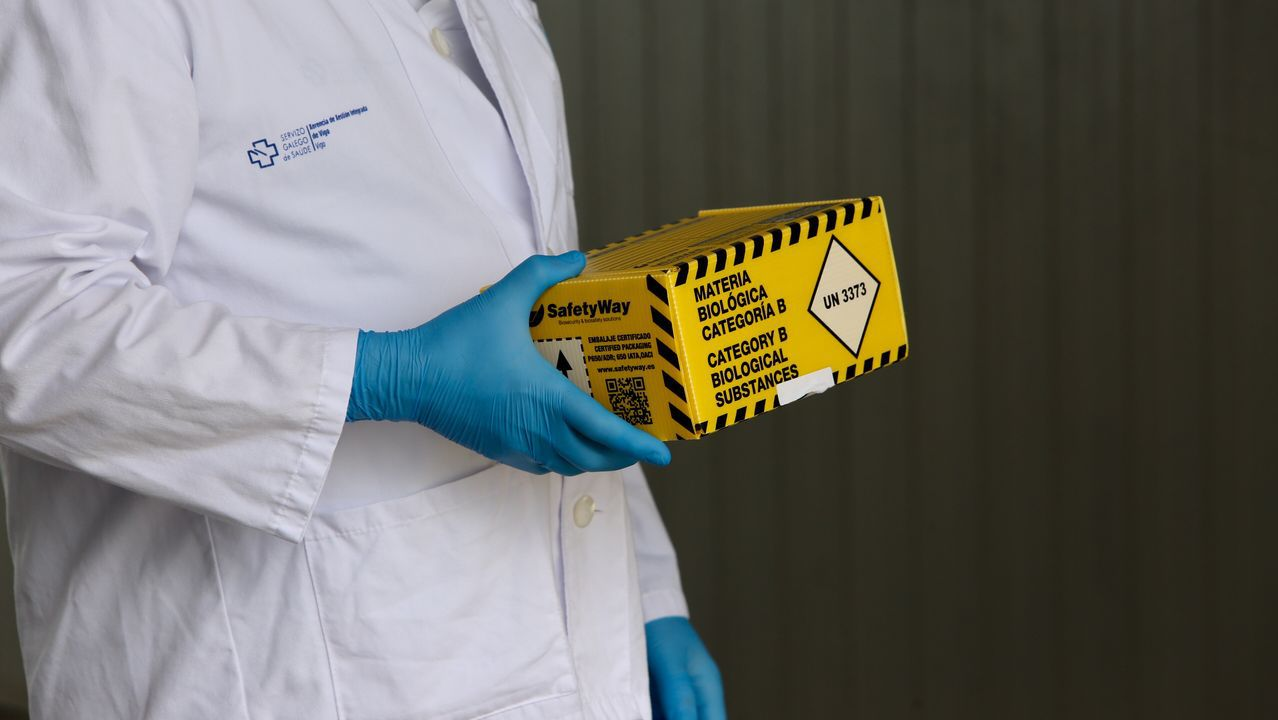 Una caja con muestras para analizar si tienen coronavirus