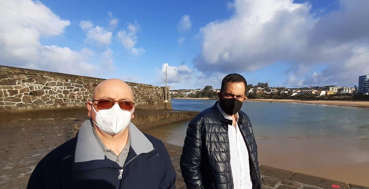 El éxito de la venta de una urbanización en Perillo.Ángel y Francisco, patrón mayor de la cofradía, en el muelle del paseo marítimo de Mera