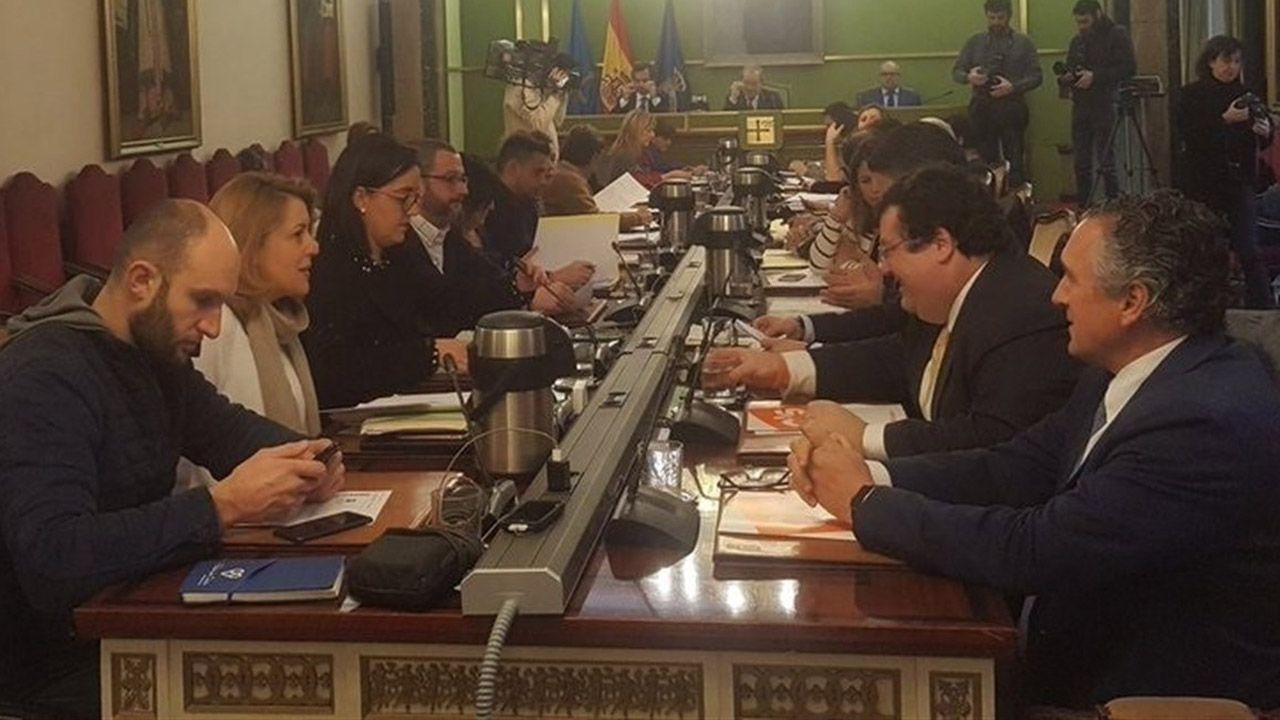 Los concejales del PP de Avilés Francisco Zarracina, Alfonso Araujo y Constantino Álvarez abandonan el pleno por diferencias con su grupo municipal.Pleno del Ayuntamiento de Oviedo