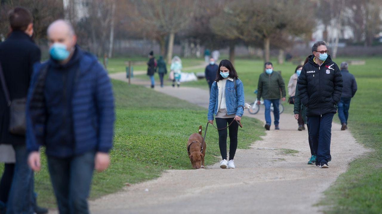 Decenas de personas se han acercado a las riberas del Río Miño a pasear en el primer fin de semana desde el cierre perimetral de la ciudad y aprovechando la buena tarde de domingo