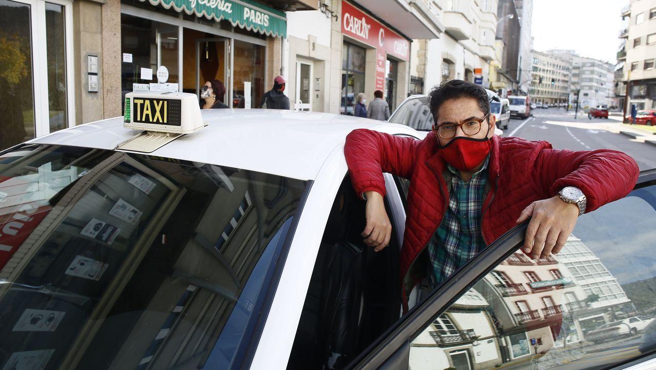 Ignacio Vázquez, presidente de la Asociación de Taxistas de Viveiro, en la parada de la Praza de Lugo