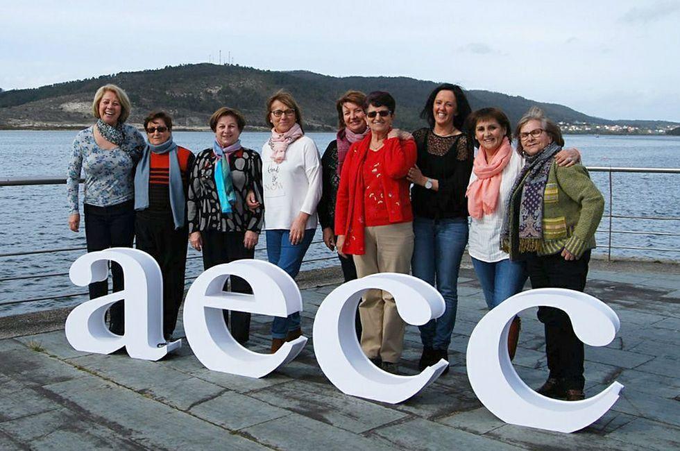 De izquierda a derecha Ana y José Luis Castro, Juan Bautista Blanco -sobre el muro-, Estrella Castiñeira, Estrella Antelo, Jorge Romar y Ramón Blanco