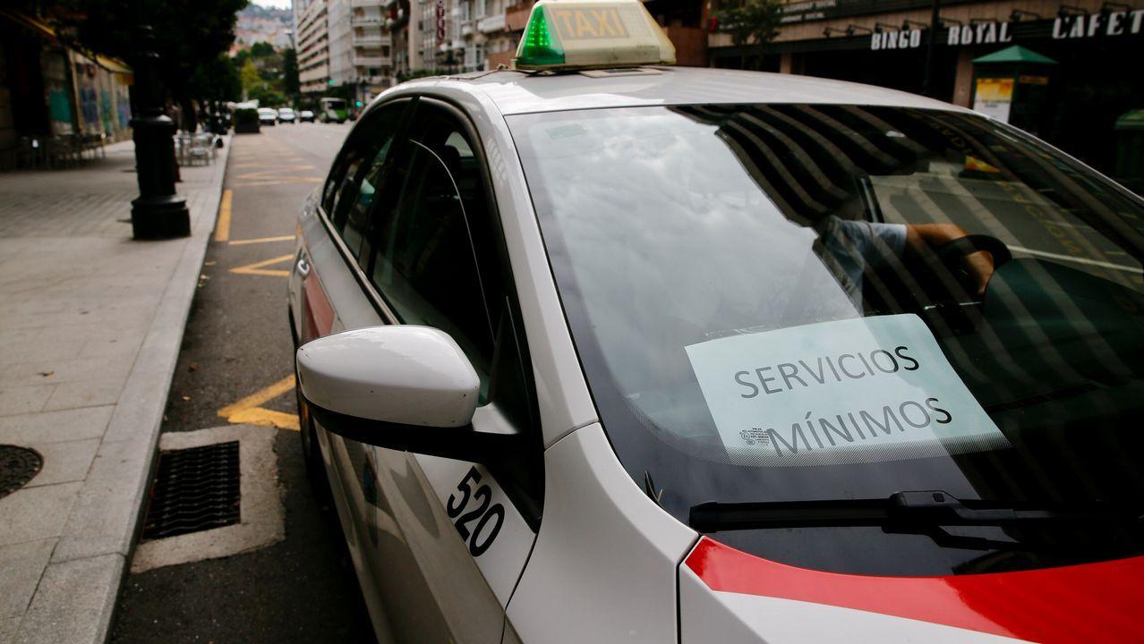 Un centenar de taxistas de toda Galicia protesta en Santiago para pedir «que se cumpla la ley» con los VTC