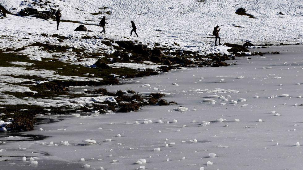 Bolas de nieve sobre el hielo de los lagos de Covadonga, en el Parque Nacional de Picos de Europa