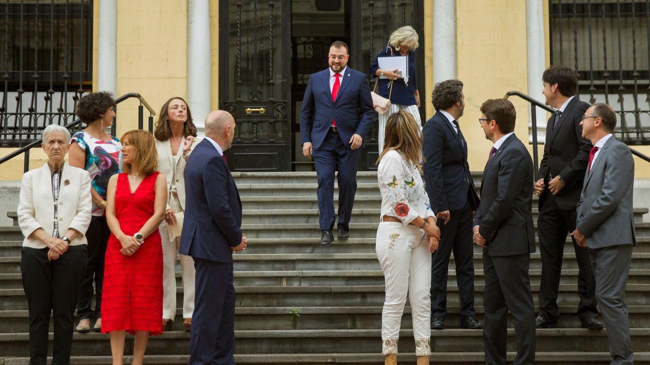 El nuevo presidente del Principado, Adrián Barbón (c), a su llegada a la fotografía de familia con los miembros de su gabinete este jueves en el Parlamento regional, tras la toma de posesión de sus integrantes y la primera reunión del equipo