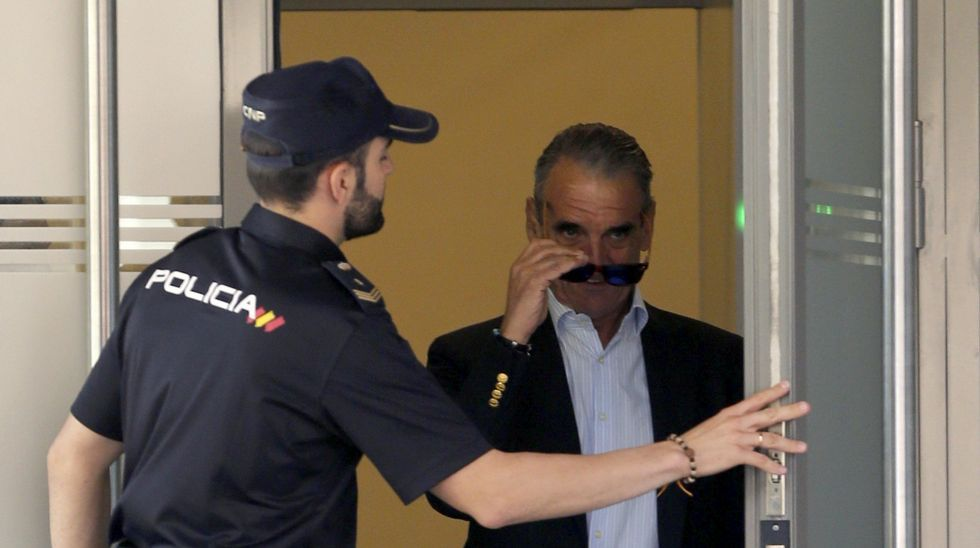 Mario Conde entrega su pasaporte en la Audiencia Nacional