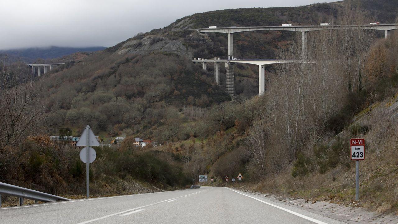 En primer término la vieja N-VI en Vega de Valcarce y al fondo los viaductos de la A-6