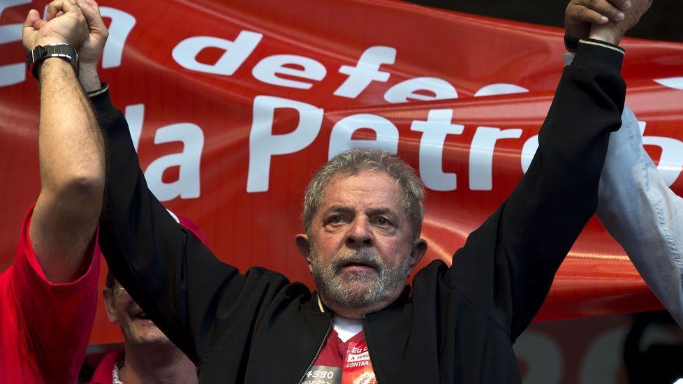 Nueva jornada de multitudinarias protestas contra Dilma Rousseff.El delegado de Iberdrola en Galicia, junto a Francisco Conde y Patricio Fernández, director general de Industrias Ferri ante la grúa.
