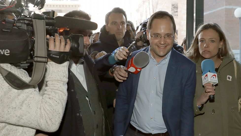 Dimisión de Besteiro.A la izquierda, Adrián Borrajo, coordinador de las Xuventudes Socialistas, y a la derecha, Jackeline Fernández, de Novas Xeracións.