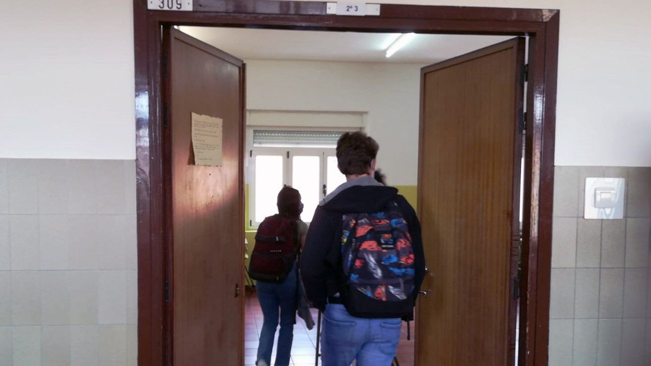 Un grupo de alumnos accede a una clase del instituto Jovellanos, de Gijón
