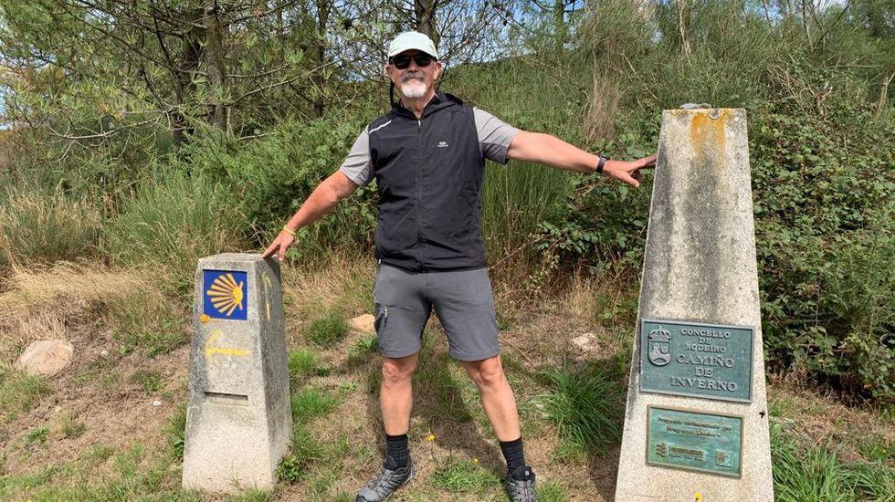 Francesc Paz trae grupos de viajeros catalanes al Camino de Invierno. En la foto, él mismo junto a uno de los indicadores de esta ruta jacobea en Rodeiro