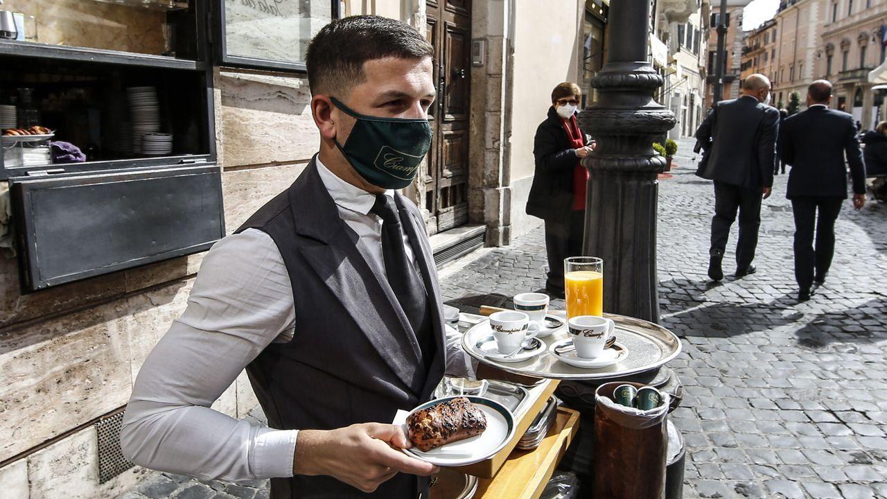 Europa alivia las restricciones.El exjugador del Real Madrid Roberto Carlos con una hamburguesa vegana