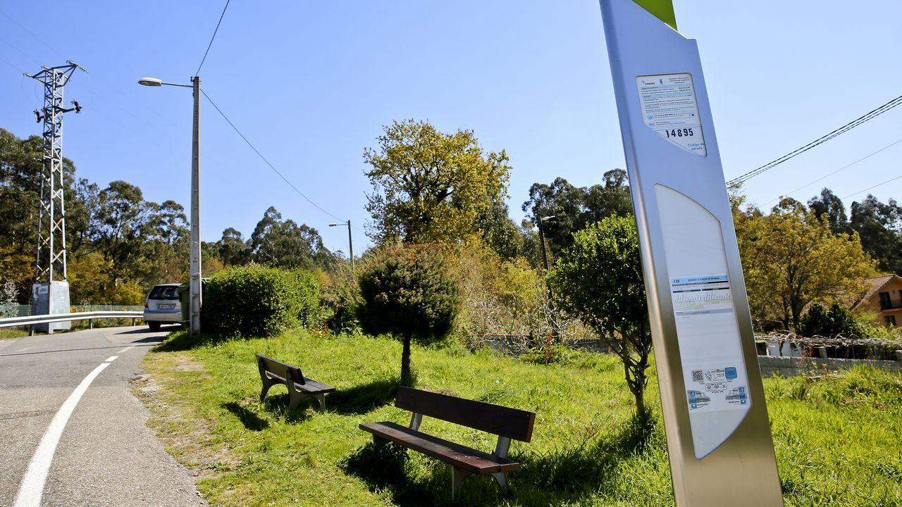 En Candeán (Vigo), bastan dos bancos junto al poste para esperar el autobús (siempre que no haga mal tiempo)