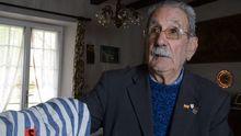 Vicente García conserva su traje de prisionero de Buchenwald